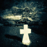 Εγκαταλειμμένος τάφος στο παλαιό νεκροταφείο προσθήκη της μαύρης ετικέττας σχοινιών εικόνας σιταριού πατωμάτων ποδιών θανάτου πτω Στοκ φωτογραφίες με δικαίωμα ελεύθερης χρήσης