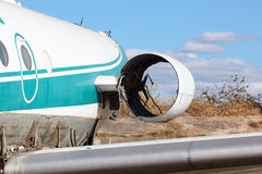 Εγκαταλειμμένο αεροπλάνο επιβατών Σπασμένος και κλεμμένη μηχανή Στοκ Εικόνες