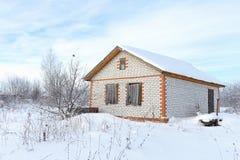 Εγκαταλειμμένο ατελές σπίτι τούβλου το χειμώνα Στοκ Εικόνες