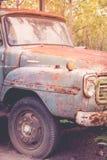 Εγκαταλειμμένο αυτοκίνητο - παλαιό σκουριασμένο αυτοκίνητο στην πράσινη δασική εκλεκτής ποιότητας εικόνα s Στοκ φωτογραφία με δικαίωμα ελεύθερης χρήσης