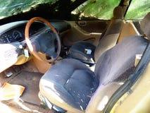 Εγκαταλειμμένο αυτοκίνητο χρυσός-χρώματος Στοκ φωτογραφία με δικαίωμα ελεύθερης χρήσης