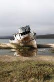 Εγκαταλειμμένο αλιευτικό σκάφος προσαραγμένο στο σημείο Reyes Καλιφόρνια ακτών στοκ εικόνες