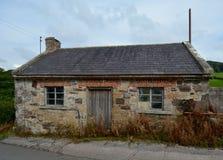 Εγκαταλειμμένο εξοχικό σπίτι ακρών του δρόμου στοκ εικόνες με δικαίωμα ελεύθερης χρήσης