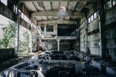 Εγκαταλειμμένο εργοστάσιο, μέσα στο μεγάλο εργαστήριο, εγκαταλειμμένη αποθήκη εμπορευμάτων Στοκ φωτογραφίες με δικαίωμα ελεύθερης χρήσης