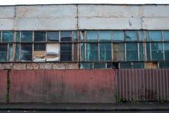 εγκαταλειμμένο εργοστάσιο φραγή σκουριασμένη Αναχώρηση του εργοστασίου Στοκ Εικόνες