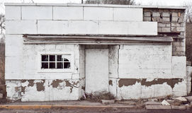 Εγκαταλειμμένο λευκό να στηριχτεί από την πλευρά του δρόμου σε μια νεφελώδη ημέρα με ένα σπασμένο παράθυρο φιαγμένο από τούβλο Στοκ εικόνα με δικαίωμα ελεύθερης χρήσης