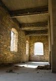 εγκαταλειμμένο κτήριο μέσα στα Windows σειρών Στοκ Φωτογραφίες