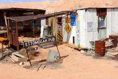 Εγκαταλειμμένο μπαρ και αναδρομικές πινακίδες στην έρημο, Αυστραλία Στοκ Φωτογραφία