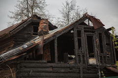 Εγκαταλειμμένο ξύλινο σπίτι μετά από την πυρκαγιά Στοκ φωτογραφίες με δικαίωμα ελεύθερης χρήσης