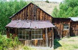 Εγκαταλειμμένο ξύλινο σπίτι με τη στέγη κασσίτερου στοκ εικόνα