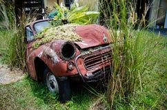 Εγκαταλειμμένο παλαιό σκουριασμένο αυτοκίνητο background retro Στοκ φωτογραφία με δικαίωμα ελεύθερης χρήσης