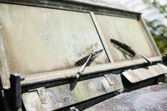 Εγκαταλειμμένο παλαιό σκουριασμένο αυτοκίνητο background retro Στοκ Φωτογραφίες