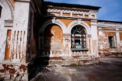 Εγκαταλειμμένο παλαιό σπίτι με τους τούβλινους τοίχους Στοκ Εικόνες