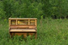Εγκαταλειμμένο πιάνο με το διάστημα αντιγράφων Στοκ εικόνα με δικαίωμα ελεύθερης χρήσης