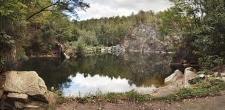 Εγκαταλειμμένο πλημμυρισμένο λατομείο στην περιοχή Jesenik, της Τσεχίας, Στοκ Εικόνες