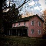 Εγκαταλειμμένο ρόδινο σπίτι Στοκ φωτογραφία με δικαίωμα ελεύθερης χρήσης