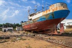 Εγκαταλειμμένο σκάφος αλιείας σε ένα ναυπηγείο Seixal Στοκ Φωτογραφίες