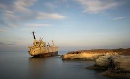 Εγκαταλειμμένο σκάφος σε μια δύσκολη ακτή Στοκ Εικόνες