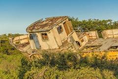 Εγκαταλειμμένο σκάφος στη φύση Στοκ εικόνα με δικαίωμα ελεύθερης χρήσης