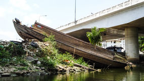 Εγκαταλειμμένο σκάφος στον ποταμό Στοκ φωτογραφία με δικαίωμα ελεύθερης χρήσης