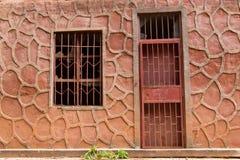 Εγκαταλειμμένο σπίτι με το σπασμένο παράθυρο Στοκ Εικόνες