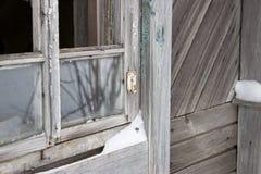 εγκαταλειμμένο σπίτι παλαιό Παλαιό σπασμένο παράθυρο Στοκ εικόνα με δικαίωμα ελεύθερης χρήσης