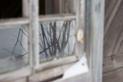 εγκαταλειμμένο σπίτι παλαιό Παλαιό σπασμένο παράθυρο Στοκ Εικόνα