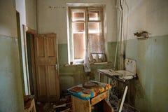 Εγκαταλειμμένο σπίτι που παίρνει έτοιμο για την κατεδάφιση Στοκ εικόνες με δικαίωμα ελεύθερης χρήσης