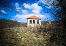Εγκαταλειμμένο σπίτι στο εγκαταλειμμένο σερβικό ορεινό χωριό Στοκ Εικόνα