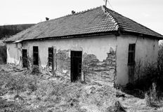 Εγκαταλειμμένο σπίτι στο εγκαταλειμμένο σερβικό χωριό Στοκ Εικόνες