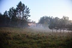 Εγκαταλειμμένο σπίτι στο καλοκαιρινό εκπαιδευτικό κάμπινγκ Kosmonavt 2 Στοκ φωτογραφίες με δικαίωμα ελεύθερης χρήσης