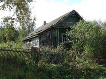 Εγκαταλειμμένο σπίτι στο χωριό Στοκ φωτογραφία με δικαίωμα ελεύθερης χρήσης