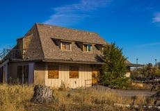 Εγκαταλειμμένο σπίτι δύο ιστορίας με επιβιβασμένος επάνω στα παράθυρα στοκ φωτογραφία με δικαίωμα ελεύθερης χρήσης