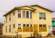 Εγκαταλειμμένο σπίτι δύο ιστορίας στοκ φωτογραφίες