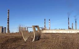 Εγκαταλειμμένο σωλήνες εργοστάσιο και καπνίζοντας βιομηχανικός εργάτης καπνοδόχων Στοκ φωτογραφία με δικαίωμα ελεύθερης χρήσης