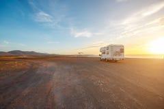 Εγκαταλειμμένο τοπίο με το όχημα στρατοπέδευσης Στοκ φωτογραφία με δικαίωμα ελεύθερης χρήσης