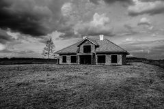 Εγκαταλειμμένο τρομακτικό σπίτι με το δραματικό ουρανό Στοκ φωτογραφία με δικαίωμα ελεύθερης χρήσης