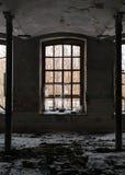 Εγκαταλειμμένο δωμάτιο με το σπασμένο παράθυρο Στοκ Φωτογραφίες