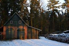 Εγκαταλειμμένο barnyard υπόστεγων λυκόφως Στοκ φωτογραφίες με δικαίωμα ελεύθερης χρήσης