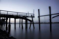 Εγκαταλελειμμένος λιμενοβραχίονας αλιείας στο σούρουπο Στοκ εικόνα με δικαίωμα ελεύθερης χρήσης