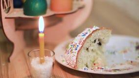 Εγκαύματα κεριών Πάσχας στον πίνακα δίπλα στο κέικ Πάσχας απόθεμα βίντεο