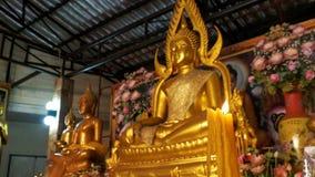 Εγκαύματα κεριών στο υπόβαθρο του αγάλματος ο χρυσός Βούδας στο ναό Pattaya Ταϊλάνδη απόθεμα βίντεο