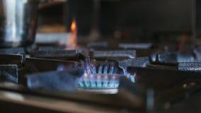 Εγκαύματα πυρκαγιάς αερίου στην εμπορική κουζίνα στο εστιατόριο φιλμ μικρού μήκους