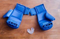 Εγκιβωτίζοντας γάντια και ΚΑΠ Στοκ Φωτογραφία