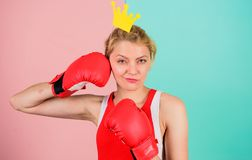 Εγκιβωτίζοντας γάντι γυναικών και σύμβολο κορωνών της πριγκήπισσας Βασίλισσα του αθλητισμού Γίνετε καλύτερος στον εγκιβωτισμό του στοκ φωτογραφίες