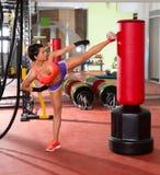 Εγκιβωτισμός λακτίσματος γυναικών Crossfit με την κόκκινη punching τσάντα Στοκ Φωτογραφία