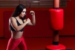 Εγκιβωτισμός γυναικών, που χτυπά ένα punching ομοίωμα Στοκ Εικόνες