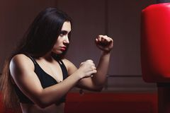 Εγκιβωτισμός γυναικών, που χτυπά ένα punching ομοίωμα Στοκ φωτογραφία με δικαίωμα ελεύθερης χρήσης