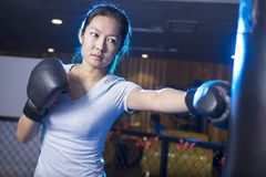 Εγκιβωτισμός γυναικών στη γυμναστική Στοκ φωτογραφίες με δικαίωμα ελεύθερης χρήσης