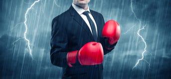 Εγκιβωτισμός επιχειρηματιών στη βροχή Στοκ εικόνες με δικαίωμα ελεύθερης χρήσης
